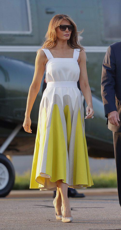 Melania Trump con vestido tricolor con vuelo