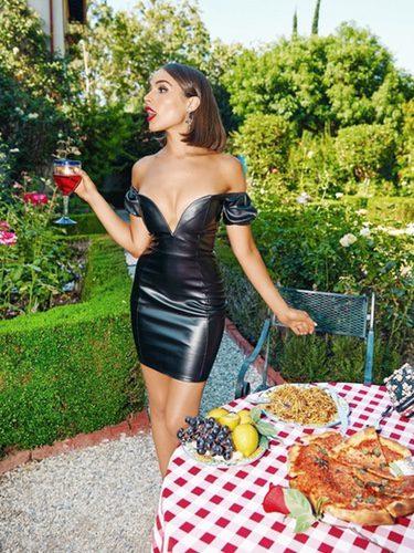 Olivia Culpo con vestido de cuero de la colección 'Pretty Little Things x Olivia Culpo'