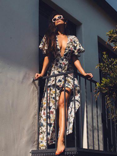 Shay Mitchell con vestido largo con estampado floral
