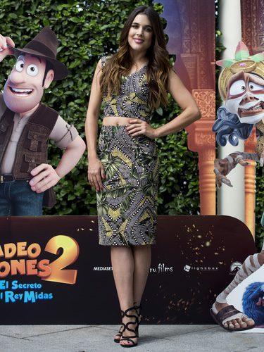 Adriana Ugarte con crop top y falda de tubo de estampado tropical