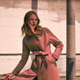 Gabardina beige y pantalones de terciopelo de la colección prefall de Zara