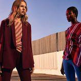 Blazer y pantalones borgoña y blusa a rayas de la colección prefall de Zara