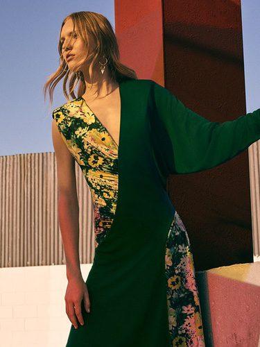 Vestido verde con estampado floral de la colección prefall de Zara