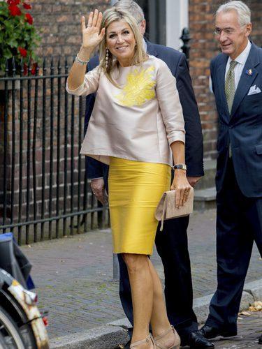 La Reina Máxima de Holanda con un top nude con una falda amarilla
