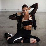 Alexis Ren con crop top y leggins de la colección 'Ren Active' para Revolve