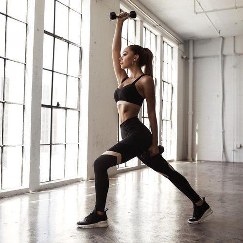 Alexis Ren levantando pesas vestida de la colección 'Ren Active' para Revolve