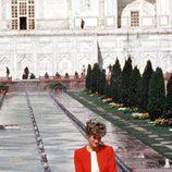 Lady Di con chaqueta roja y falda morada