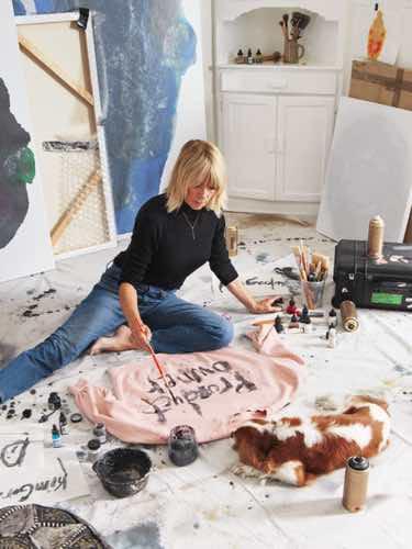 Kim Gordon pintando una de sus sudaderas de su colección en colaboración con & Other Stories