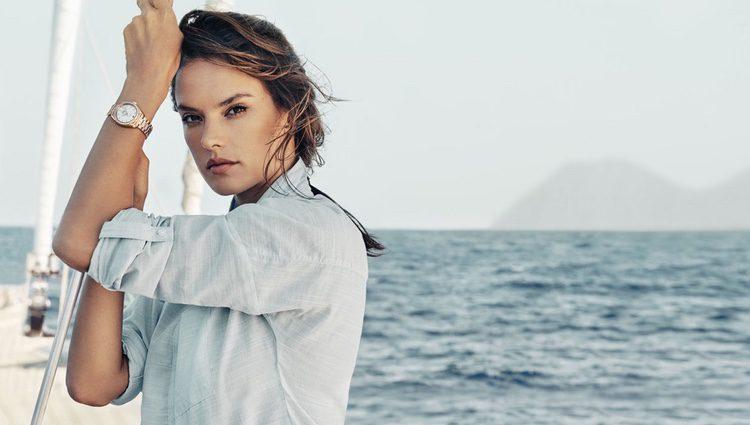 Alessandra Ambrosio posando con un reloj de la campaña náutica de Omega