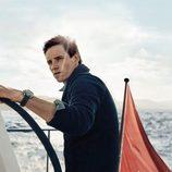 Eddie Redmayne posa con los nuevos relojes de la campaña náutica de Omega