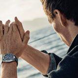 Eddie Redmayne luciendo uno de los relojes de la campaña náutica de Omega