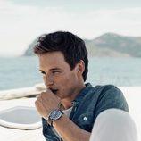 Eddie Redmayne posando con uno de los relojes de la campaña náutica de Omega
