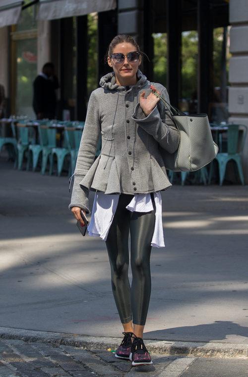 Olivia Palermo con abrigo gris y leggings con brillo