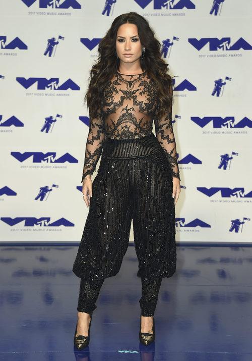 Demi Lovato con body con transparencias y pantalones bombacho