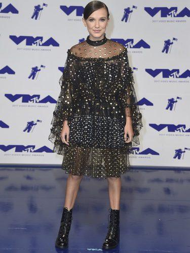 Millie Bobby Brown con vestido de tul y tachuelas