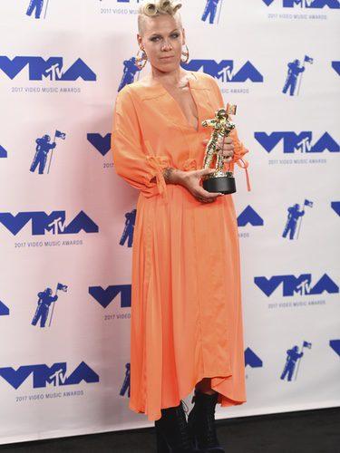 Pink con vestido naranja y botines de terciopelo