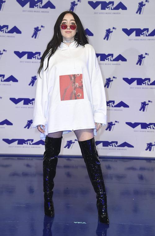 Noah Cyrus con sudadera blanca oversize y botas altas