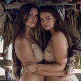Modelos posando con bikini de color nude con encaje de Alpine Butterfly