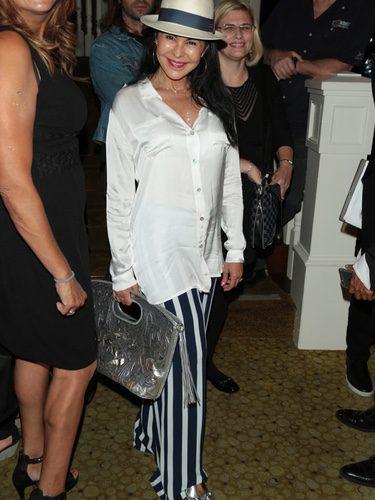 María Conchita Alonso con camisa blanca y pantalones de rayas