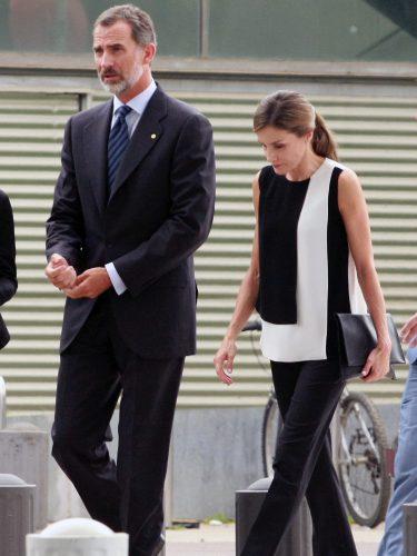 La Reina Letizia con un top bicolor de Carolina Herrera