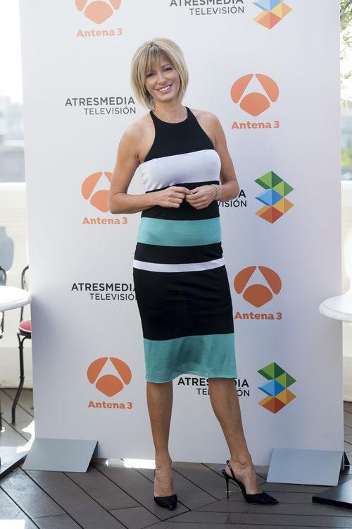 Susana Griso con un vestido midi ajustado de rayas
