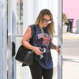 Hilary Duff con camiseta estampada y leggings negros