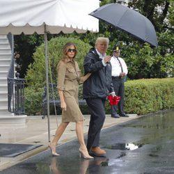 Melania Trump y Donald Trump saliendo de la Casa Blanca rumbo a Texas