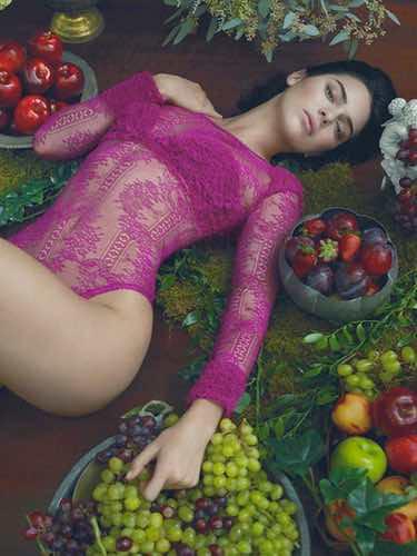 Kendall Jenner con un conjunto fucsia de la colección otoño/invierno 2017/2018 de La Perla