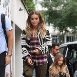 Rita Ora con un look militar combinado con una torera en París