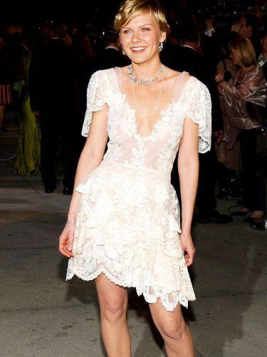 Kirsten Dunst con un vestido blanco en la fiesta Vanity Fair tras los Premios Oscar 2004