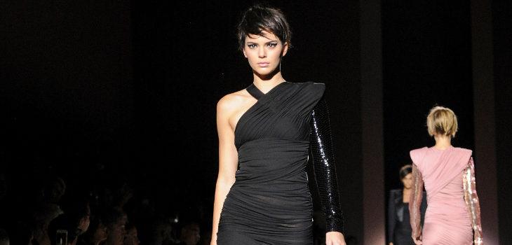 Vestido negro asimétrico de Tom Ford primavera/verano 2018 presentado en la Nueva York Fashion Week