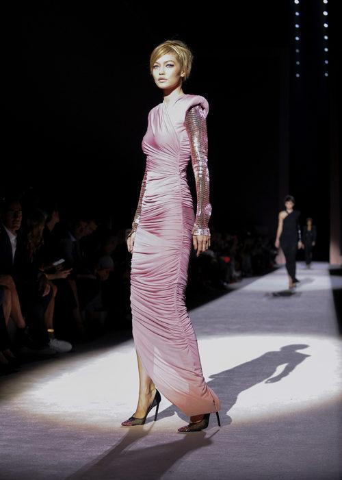 Vestido largo rosa de Tom Ford primavera/vernao 2018 presentado en la Nueva York Fashion Week