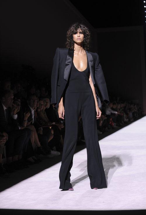 Conjunto negro con americana y pantalón ancho de Tom Ford de la colección primavera/verano 2018 presentada en Nueva York Fashion Week
