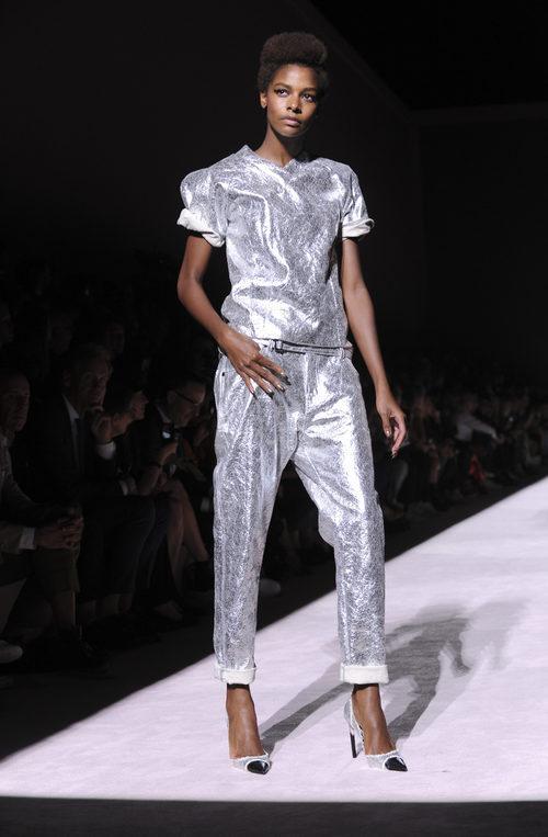 Conjunto gris metalizado camiseta y pantalón de la colección primavera/verano 2018 de Tom Ford para Nueva York Fashion Week.
