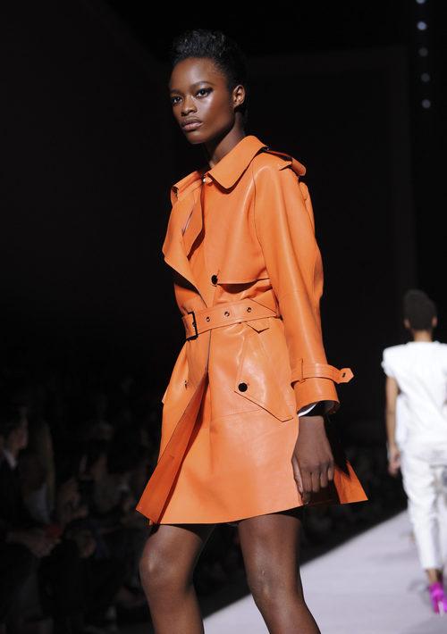 Gabardina naranja de cuero de Tom Ford para la colección primavera/verano 2018 presentada en Nueva York Fashion Week