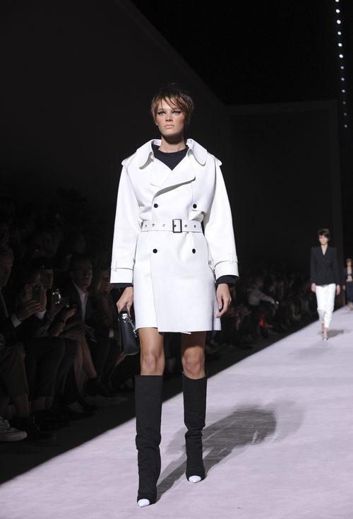 Gabardina corta blanca de Tom Ford de la colección primavera/verano 2018 para Nueva York Fashion Week