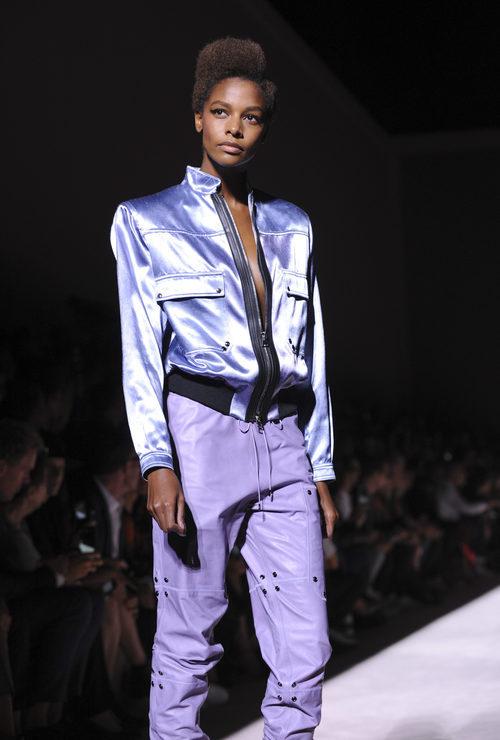 Cazadora con hombreras y pantalón estilo años 90 de Tom Ford de la colección primavera/verano 2018 para Nueva York Fashion Week