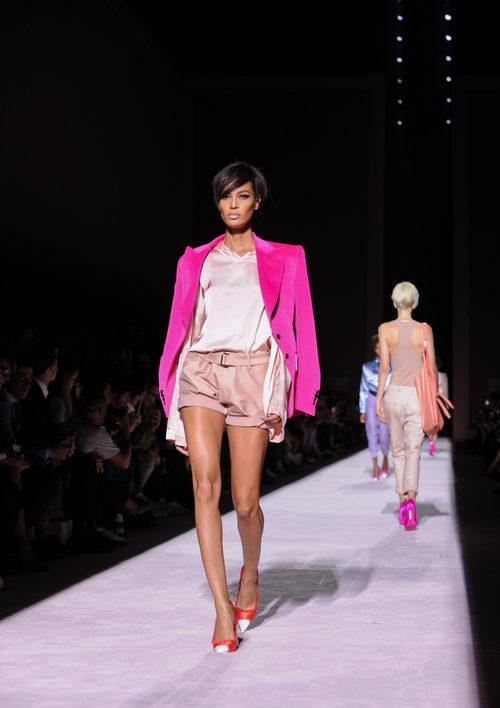 Blusa y short nude y americana fucsia de Tom Ford de la colección primavera/verano 2018 para Nueva York Fashion Week