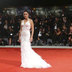 Penélope Cruz con un vestido de Atelier Versace en el estreno de 'Loving Pablo' en la Mostra 2017
