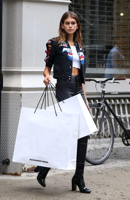 Kaia Gerber con una original cazadora pra una jornada de compras por Nueva York