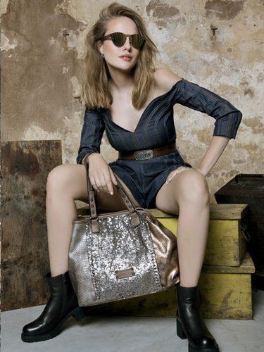Esmeralda Moya luciendo un bolso de Lois de su colección otoño/invierno 2017/2018