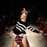 Jersey de punto y falda de rayas de Desigual de la colección primavera/verano 2018 en Nueva York Fashion Week