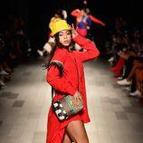 Camisa larga coral y bolso estampado de Desigual de la colección primavera/verano 2018 en Nueva York Fashion Week