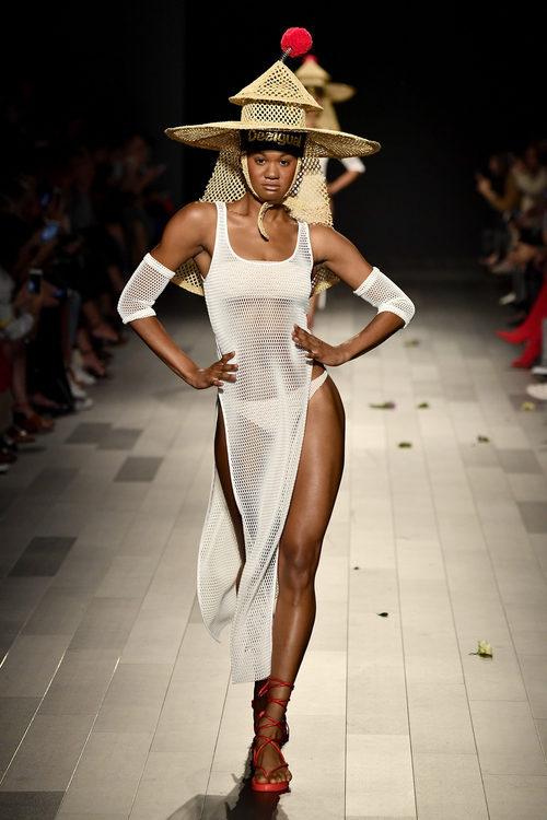 Vestido de malla blanco de Desigual de la colección primavera/verano 2018 en Nueva York Fashion Week