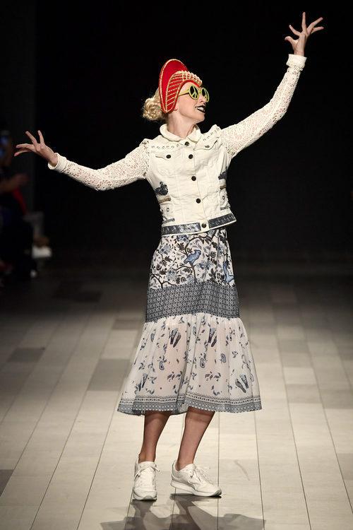 Falda estampada y cazadora blanca denim y mangas de encaje de Desigual de la colección primavera/verano 2018 en Nueva York Fashion Week