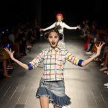 Falda denim y cazadora de cuero con cuadros de colores de Desigual de la colección primavera/verano 2018 en Nueva York Fashion Week