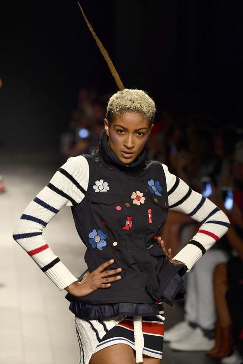 Chaleco de flores y jersey de punto de rayas de Desigual de la colección primavera/verano 2018 en Nueva York Fashion Week