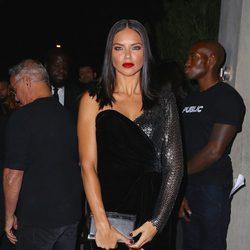 Adriana Lima en una fiesta de la Nueva York Fashion Week primavera 2018 con un vestido negro con terciopelo