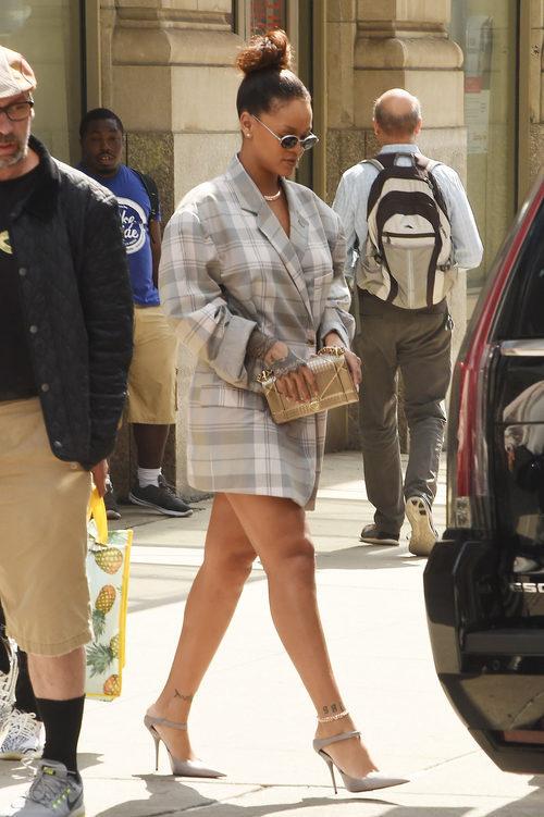 Rihanna con una chaqueta XXL paseando por Nueva York