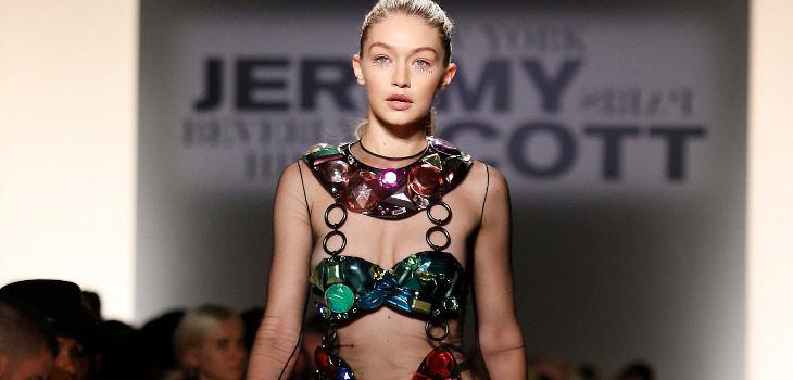 Vestido de transparencias y pedrería de colores de Jeremy Scott de la colección primavera/verano 2018 para Nueva York Fashion Week